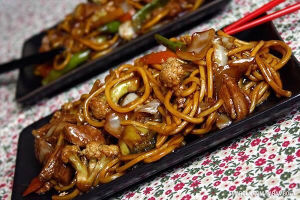 Yakisoba, frango xadrez, arroz, feijão, salada e peixe merluza