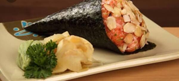 Temaki salmão com amêncoas