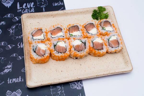Roll uramaki de salmão com ovas - 10 unidades.