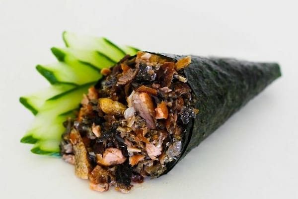 Temaki de salmão skin com alho poró