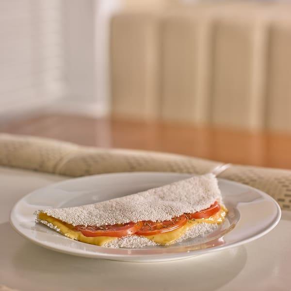Tapioca queijo, tomate e orégano.