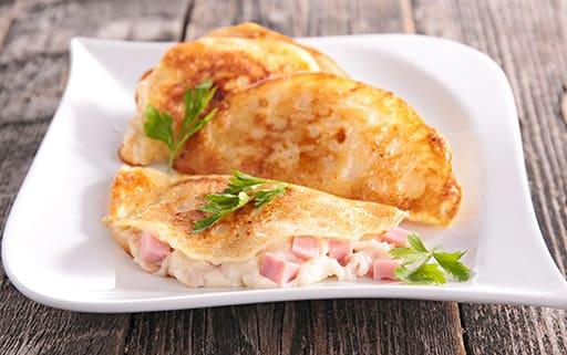 Omelete de queijo, presunto, tomate e orégano