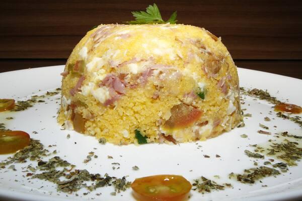 Cuzcuz com queijo, presunto e ovo