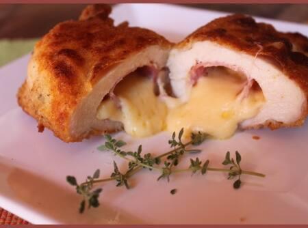 Promoção de hoje 2 quentinhas serve 2 pessoas, delicioso frango cordon bleu (filé de frango recheado de queijo e presunto, a milanesa)