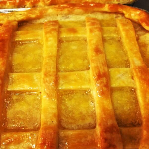 Saborosa torta de frango com recheio cremoso
