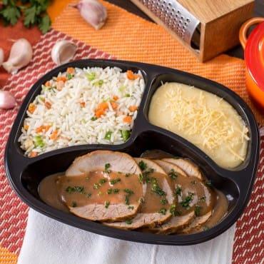 Lagarto recheado com arroz à grega e purê de mandioca