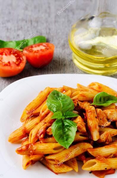 Massa com molho de mignon em tiras, tomate seco e manjericão