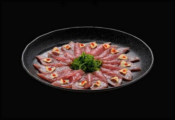 101018 - carpaccio de atum com crispy de alho