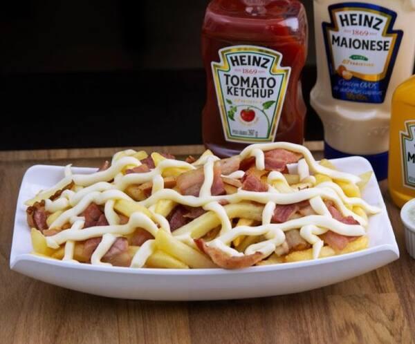 Porção de batata grande com bacon e requeijão
