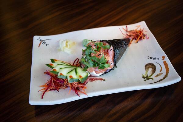 Temaki de salmão com cream cheese - Monte Ontake