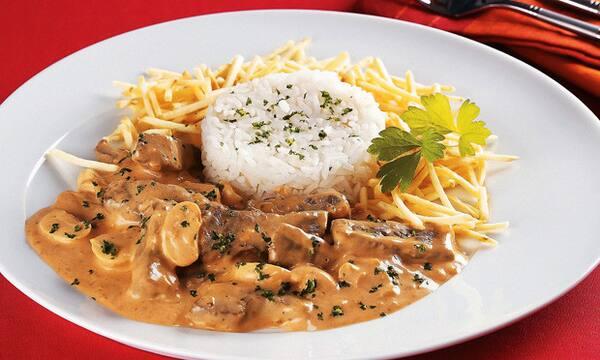 Estrogonofe de file mignon 250g acompanhado com 250g de arroz branco, batata palha 50g,e uma coca cola lata 310 ml