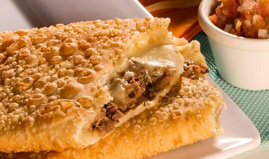 Pastelzinho de carne moida ,com queijo mussarela.12 unidades