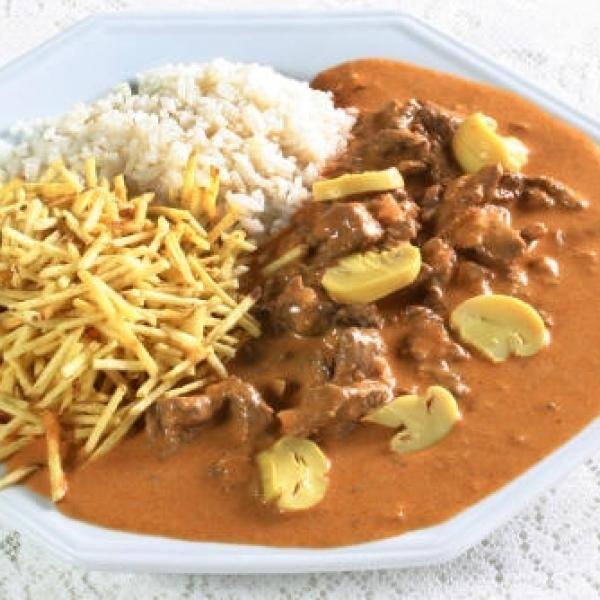 1 kg de estrogonofe de filé mignon,800 g de arroz branco,200 g de batata palha,+ coca cola 2lt