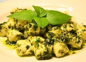 Nhoque de batata doce com brócolis integral ao molho pesto com frango em cubos e xerem de amendoim  300 g