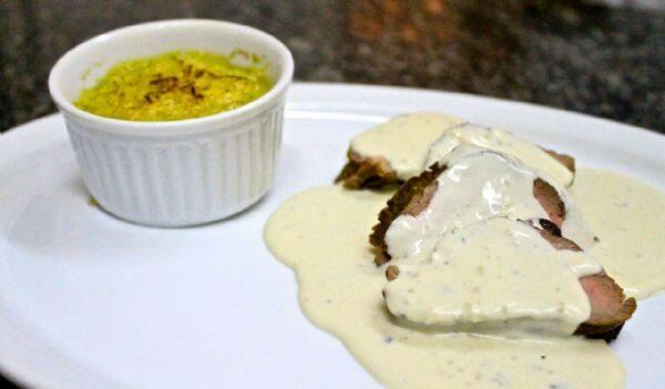 Escalope de file mignon 400 g ao molho 3 queijos,acompanhado de escondidinho de batata doce com carne moída 500 g,arroz branco 600 g,mais uma bebida