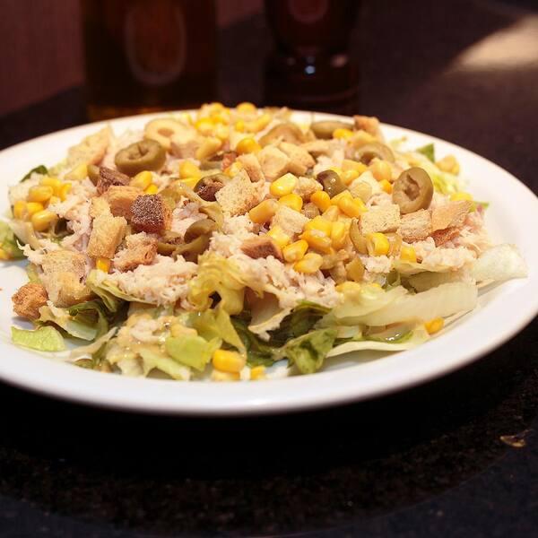 Caesar salad com frango desfiado