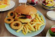 Hambúrguer + refrigerante (lata) + fritas ou cebola empanada