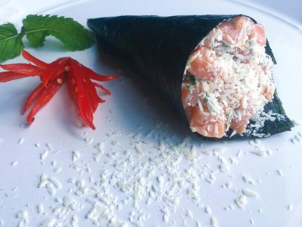 Temaki salmão coco picante