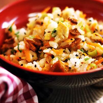 Combo yakimeshi vegano com almondegas de feijão preto ao molho