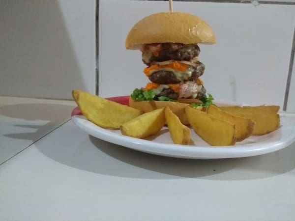 Mega triplo burger com fritas