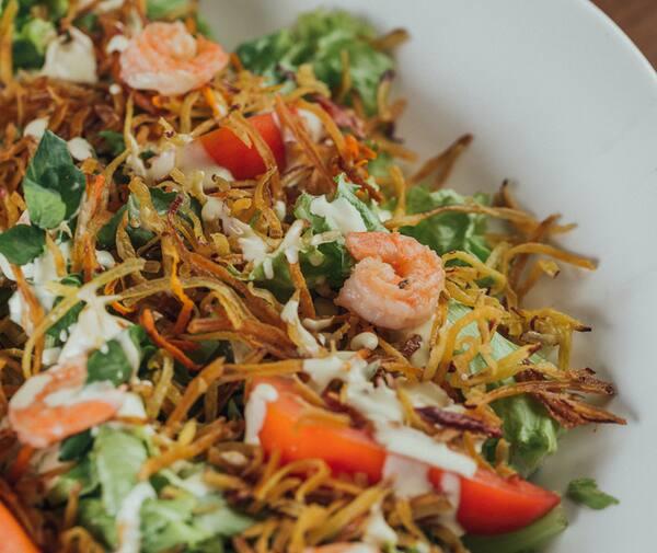 Folhas com batata doce crocante, camarão e wasabi