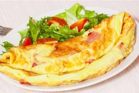 Omelete de alho poró e aspargos