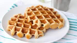 Waffles: banana, granola e mel
