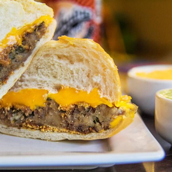 Pão com bolinho* e queijo cheddar