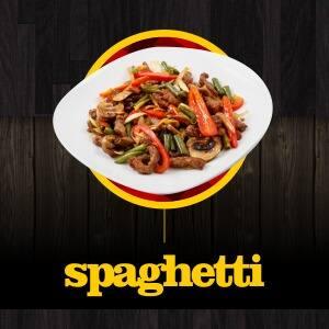 Spaghetti ao molho branco ou vermelho com o recheio de pizza adicional de sua preferencia
