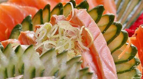 Sashimi de salmão braseado (15 peças)