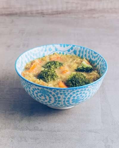 Caldo indiano de curry com quinoa
