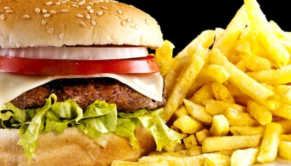 Hambúrguer com batata frita pequena