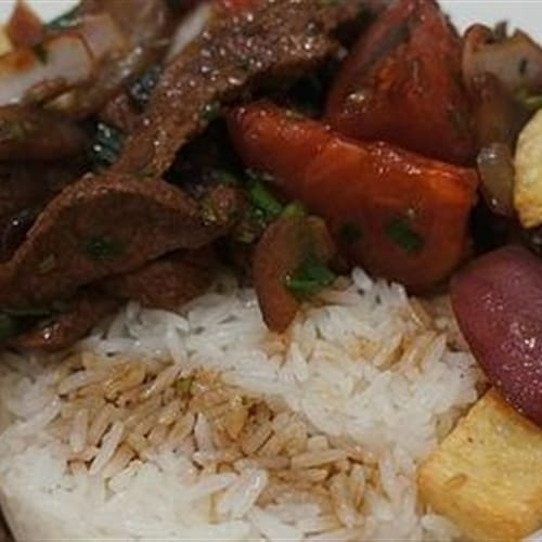Lomo saltado com batatas fritas e arroz