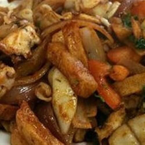 Frango saltado com batatas fritas e arroz