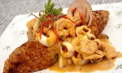Tacu tacu com salsa cremosa de peixe