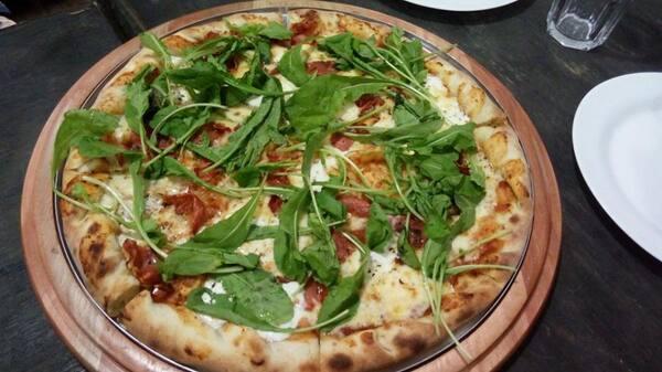 Promoção: compre 2 pizzas de 40cm ganhe uma pizza doce de 30cm