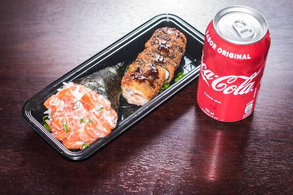 1 temaki salmão completo + 6 hot roll + coca lata