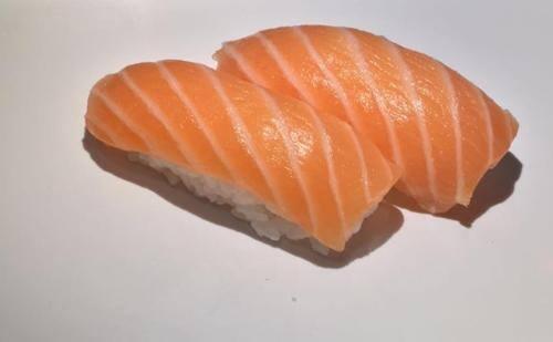 Niguiri salmão.
