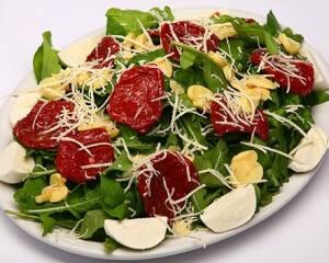 Salada de rúcula com tomate seco e palmito
