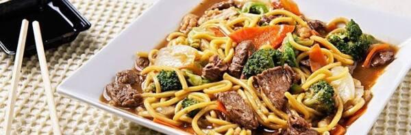 Yakissoba carne e legumes