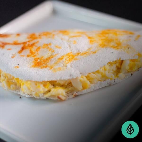 Tapioca de ovos mexidos com queijo coalho