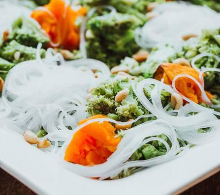 Brócolis com harussame, abóbora e amendoim