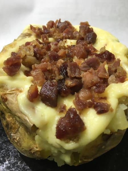 Batata recheada de bacon, milho e requeijão
