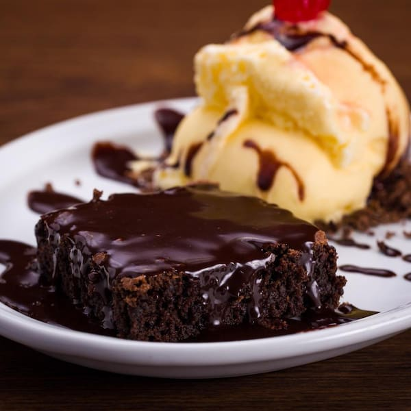 Brownie com calda de chocolate