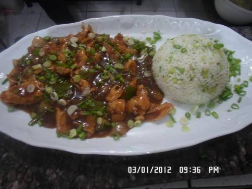 Frango acebolado c/molho (acompanha arroz com brócolis)