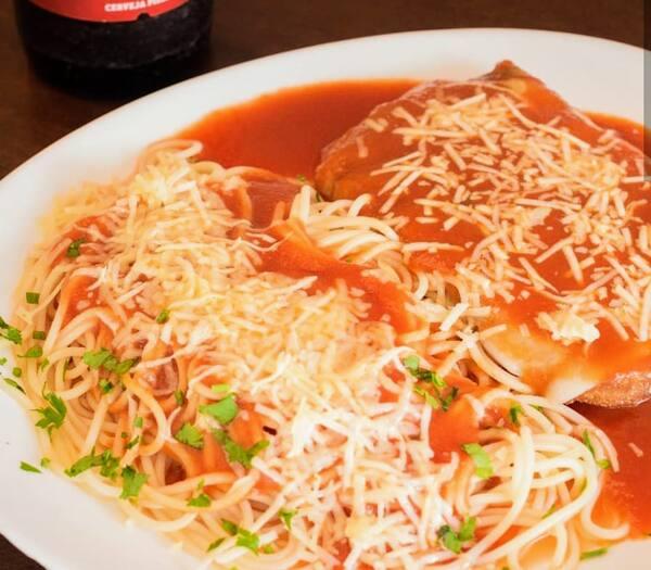 À parmegiana com espaguete frango