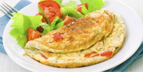 Omelete grelhado de queijo, tomate e alho (3º feira)