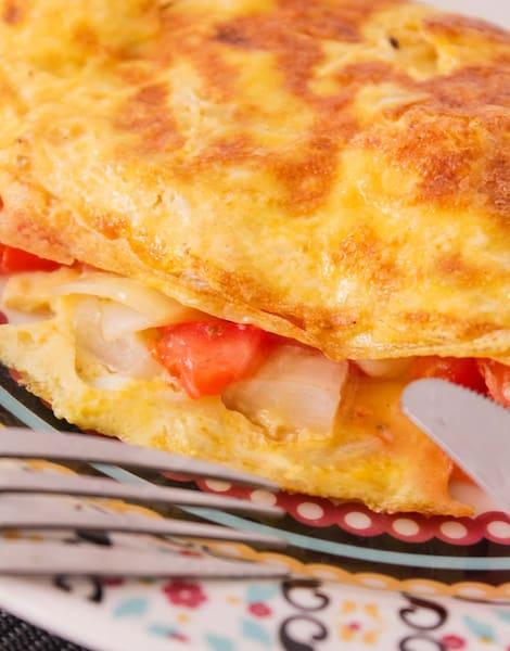 Omelete queijo, tomate cebola +(mini salada cortesia)