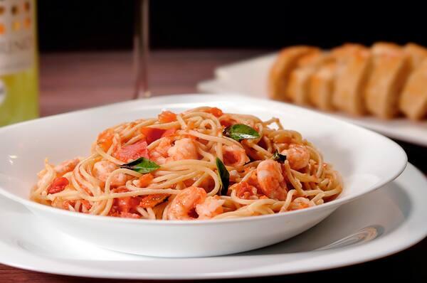 Spaguetti com camarões ao molho provençal