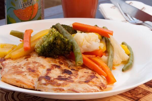 Filet de frango com legumes e arroz